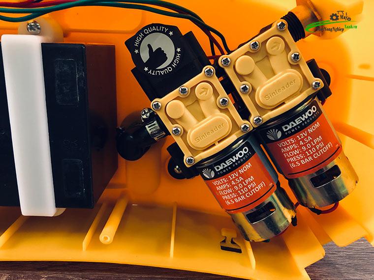 Binh xit dien daewoo 20 lit DAES s5b vang bom doi 4 - Hướng dẫn sử dụng bình xịt điện phun thuốc sâu và 5 lưu ý tăng tuổi thọ